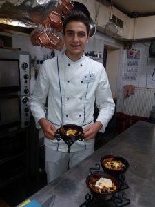 Restoran Gabara, učenik sa spremljenim nacionalnim jelom.
